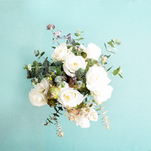 Beyaz Gül ve Okaliptüs Çiçek Buketi